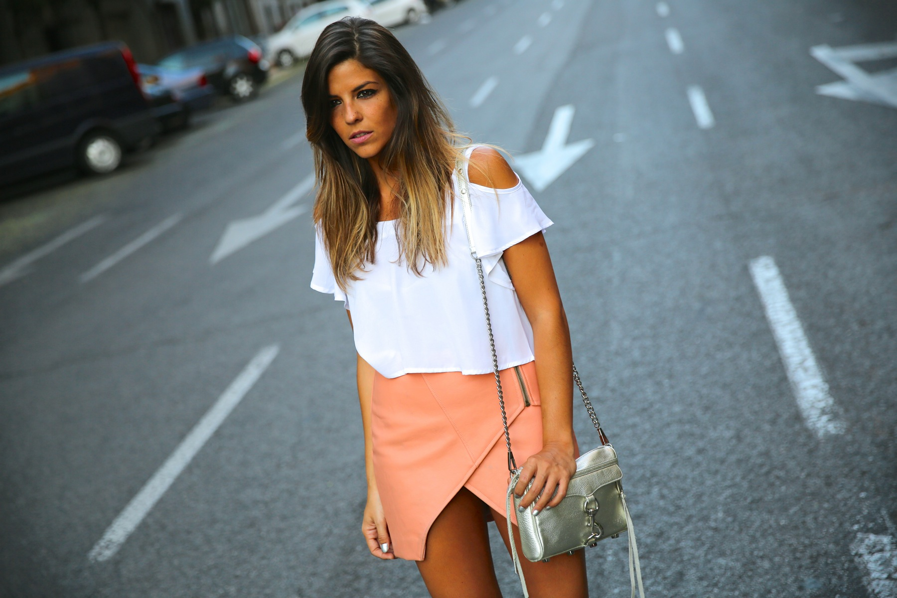 trendy_taste-look-outfit-street_style-ootd-blog-blogger-fashion_spain-moda_españa-madrid-silver_stilettos-punta_plata-estiletos-falda_coral-coral_skirt-top-3