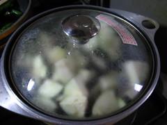 なすが柔らかくなるまで煮ます