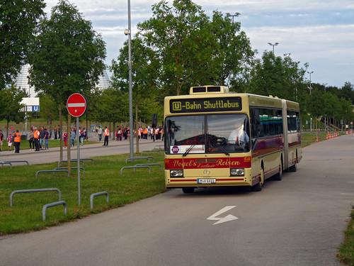 Der Mercedes-Benz O405G von Vogel's Reisen aus Ismaning pendelte auf dem zusätzlich eingerichteten Ersatzverkehr zwischen Stadion in Fröttmaning und U-Bahn an der Studentenstadt.