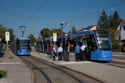 Großer Bahnhof an der St.-Veit-Straße. Variobahn 2316 und Avenio 2807 warten ihre Wendezeit ab