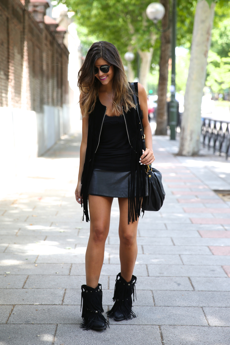 trendy_taste-look-outfit-street_style-ootd-blog-blogger-fashion_spain-moda_españa-fringes_booties-botines_flecos-sendra-chaleco_flecos-fringes_jacket-marc_jacobs-cowboy_booties-botines_camperos_negros-10