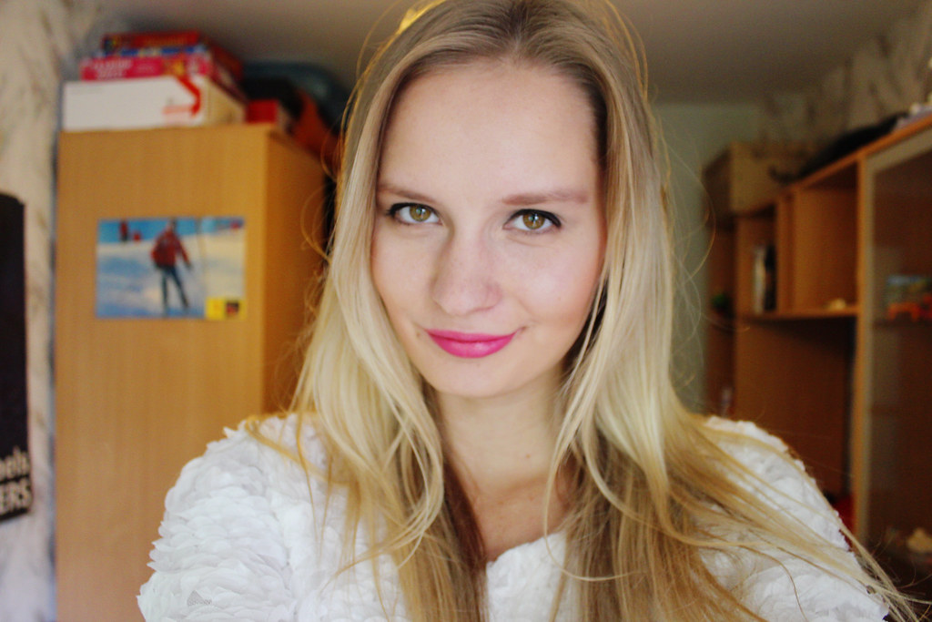 blonde-girl-wearing-fuchsia-pink-lipstick-essence