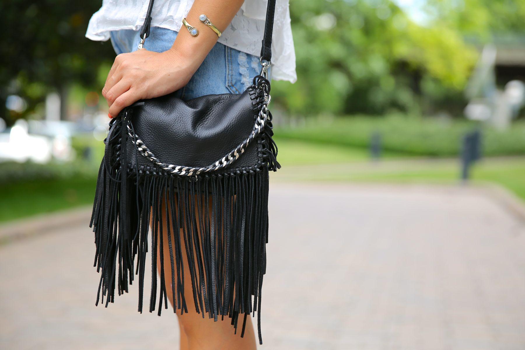 trendy_taste-look-outfit-street_style-ootd-blog-blogger-fashion_spain-moda_españa-fringed_bag-bolso_flecos-sandalias-verano-summer_sandals-ugg_australia-denim_shorts-shorts_vaqueros-oversize-3