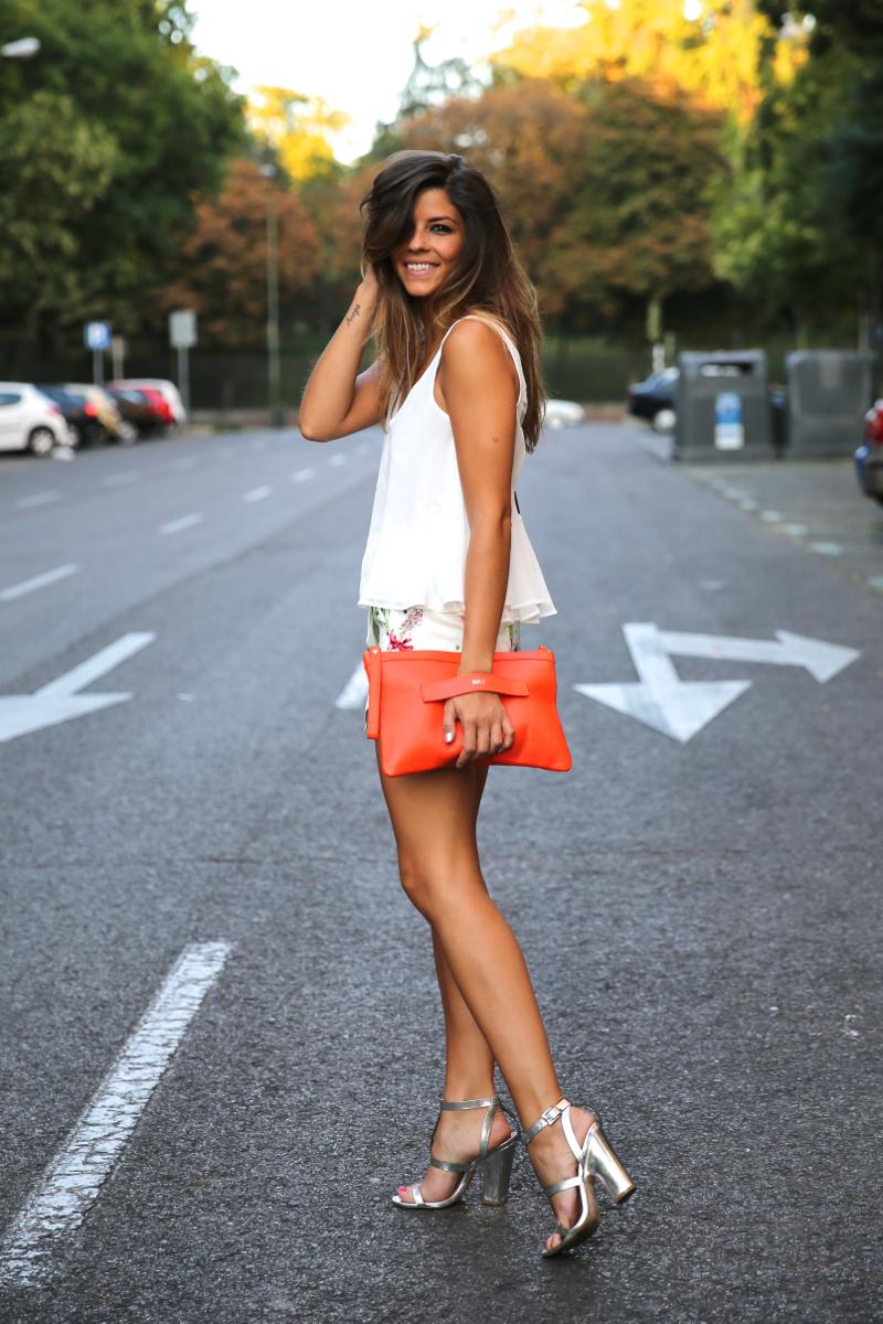 trendy_taste-look-outfit-street_style-ootd-blog-blogger-fashion_spain-moda_españa-sandalias_plateadas-silver_sandals-flower_print-falda_flores-top_blanco-8