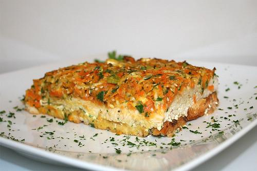 46 - Putenschnitzel mit bunter Gemüsehaube - Seitenansicht / Vegetable coated turkey escalopes - Side view