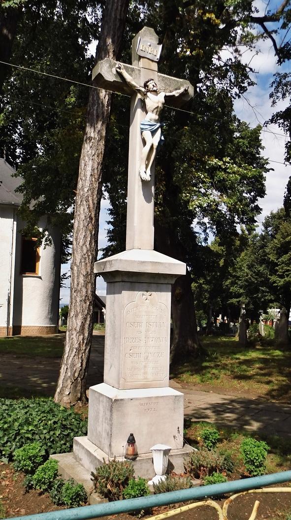 Kríž pred kostolom