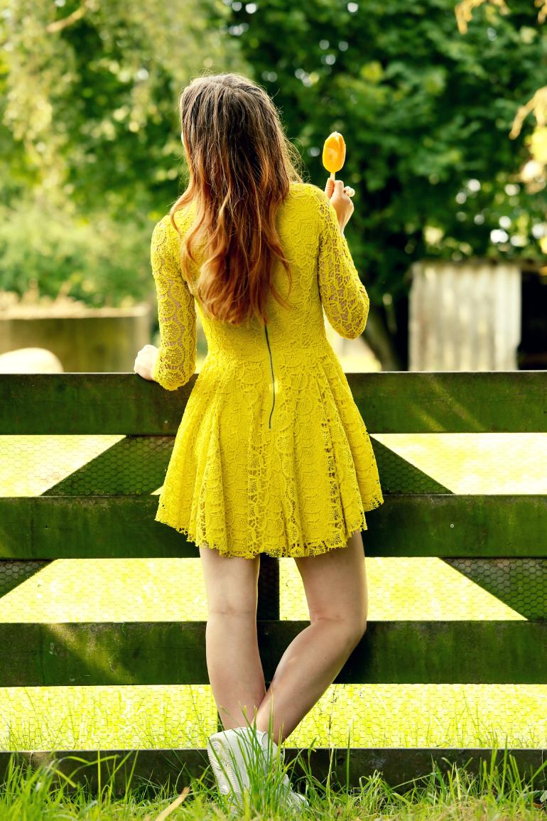 Kanten jurk geel