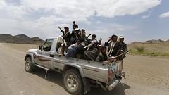 الحوثيون يحاصرون وزارت ويغلقون طريق المطار