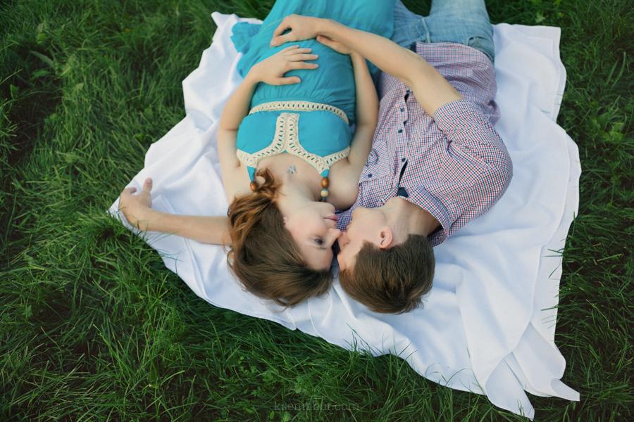 Фотосъемка пары в парке, фотосессия в ожидании чуда, активная прогулка, фотосессия на улице, фотограф Новосибирск, фотопрогулка