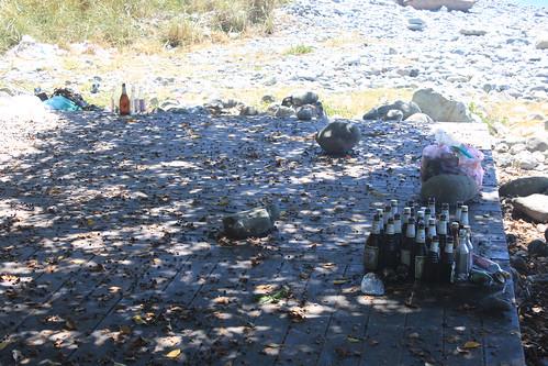 加母子灣步道附近許多民眾丟棄垃圾