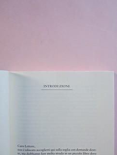 Come finisce il libro, di Alessandro Gazoia (Jumpinschark). minimum fax 2014. Progetto grafico di Riccardo Falcinelli. Indicazione del titolo delle parti del testo, in alto, maiuscole, sottolineate da un filetto, centrate: a pag. 5 (part.), 1