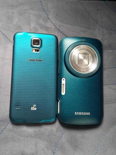 ซ้าย Samsung Galaxy S5 สี Electric Blue ส่วนขวาก็คือ Samsung Galaxy K Zoom ใส่ Protective case สีน้ำเงิน