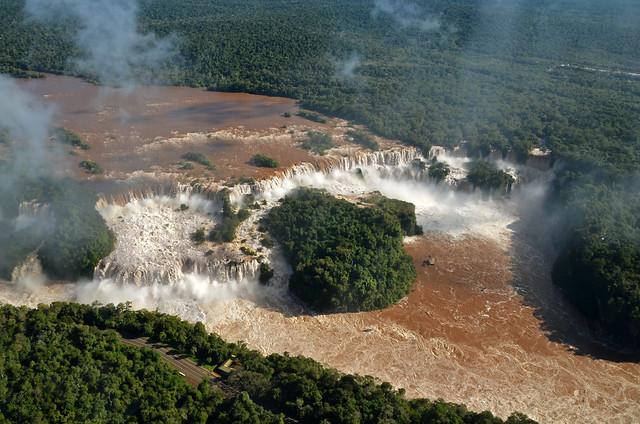 En helicóptero sobre las cataratas de iguazú