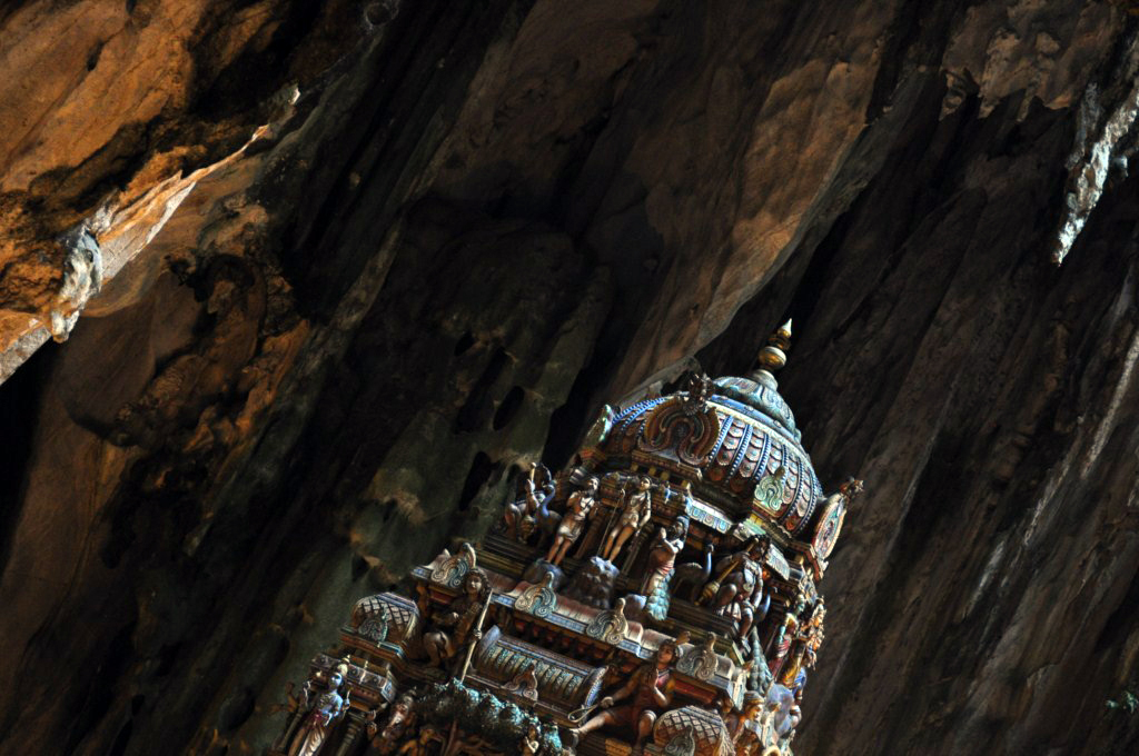 Templo en el interior de las cuevas Batu Cuevas Batu en Malasia, el templo hindú más grande fuera de la India - 14706069842 a01b5ec222 b - Cuevas Batu en Malasia, el templo hindú más grande fuera de la India