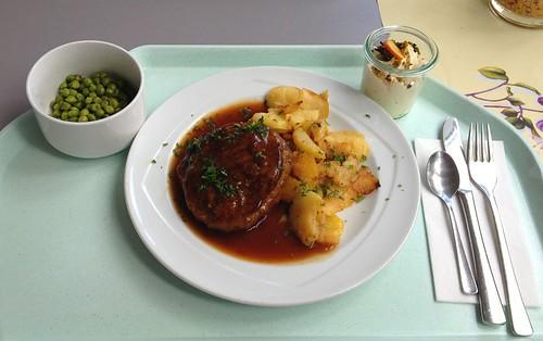 Fleischpflanzerl mit Bratensauce & Bratkartoffeln / Meatball with gravy & roast potatoes