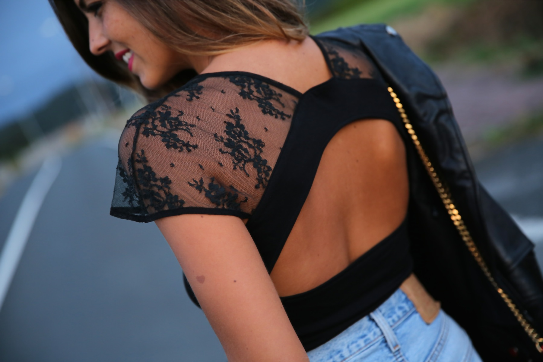 trendy_taste-look-outfit-street_style-ootd-blog-blogger-fashion_spain-moda_españa-denim_shorts-shorts_vaqueros-chaqueta_cuero-leather_jacket-ysl-saint_laurent-2