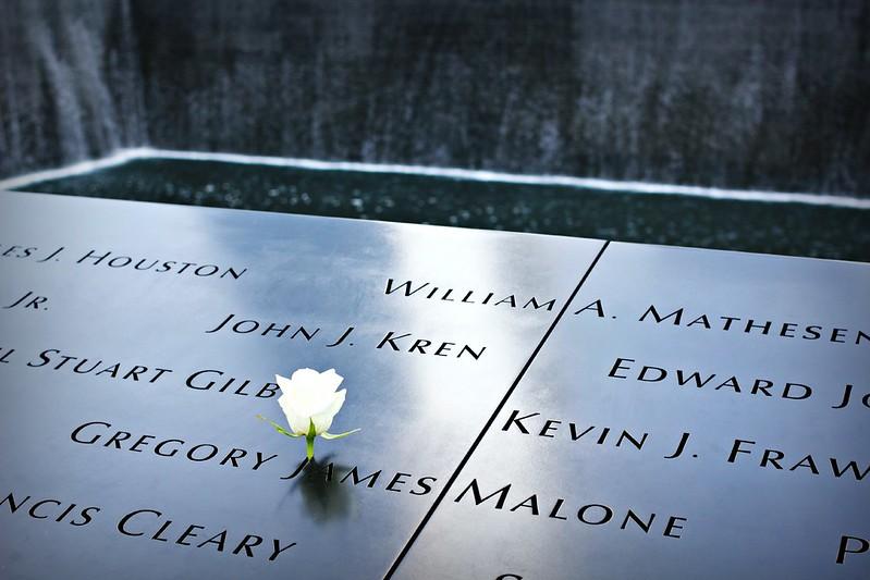 Ruusu WTC-muistomerkillä