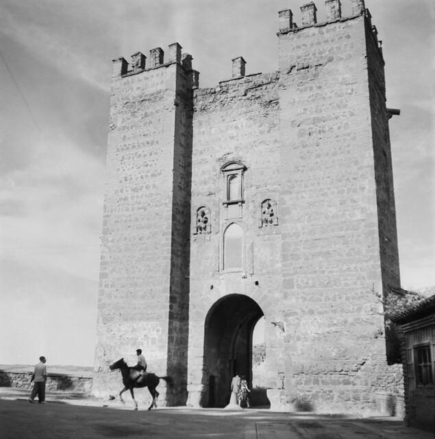 Torreón del Puente de Alcántara en los años 50. Fotografía de Francesc Catalá Roca © Arxiu Fotogràfic de l'Arxiu Històric del Col·legi d'Arquitectes de Catalunya. Signatura B_5778_475