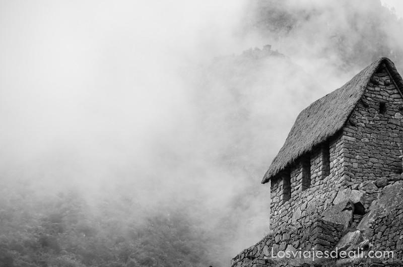 niebla en Machu Picchu