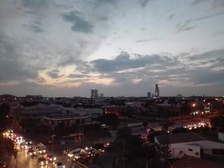 بوقت مغرب آسمان پر چھائے بادل اور خیابان شہباز اور خیابان حافظ کا چوراہہ ۔ پیچھے بحریہ آئکن ٹاور بھی دیکھا جاسکتا ہے