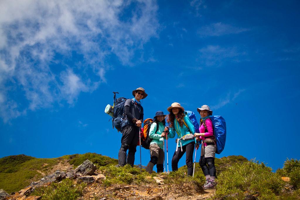 天氣太好了,藍天白雲,配上登山者,是個美麗的畫面!