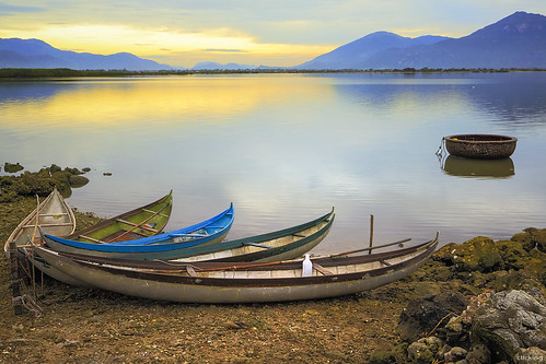 morning mountain lake sunrise landscape boats dawn colorful earlymorning peaceful vietnam goldensunrise vietnameselandscape hònthiên