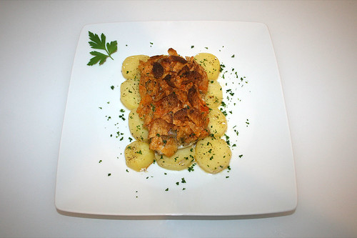 32 - Steinbeißer mit Kartoffelchipskruste - serviert / Fish filet with potatoe chips crust - Served