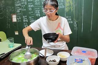 張明麗說:「這些食物的來源,我們都知道喔!」體會到食品安全才是健康的根本,張明麗為自己的飲食嚴格把關。攝影:黃福惠;圖片來源:上下游新聞市集