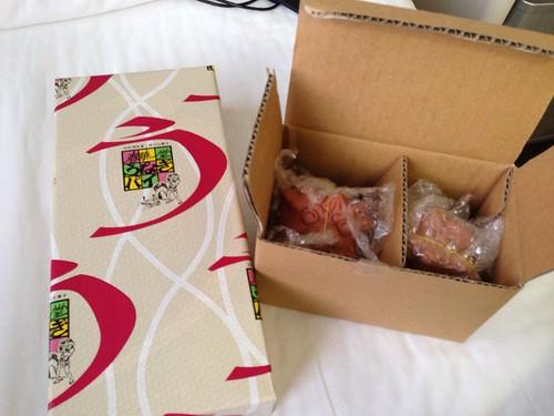 秋田さんのお土産、うなぎパイとシーサー
