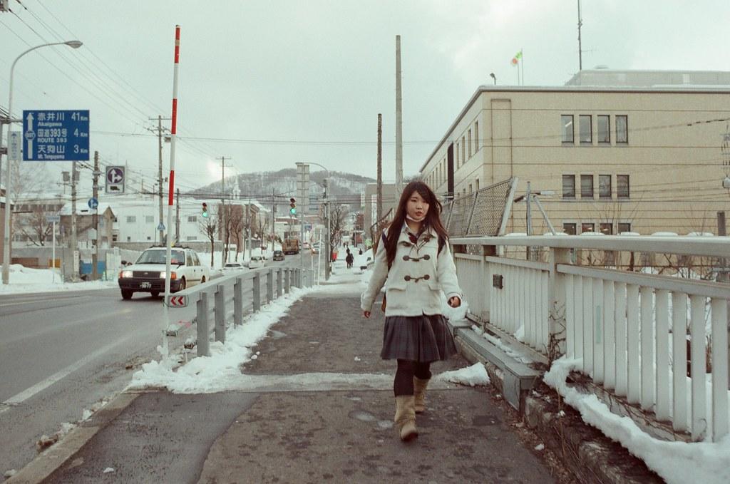 小樽 Otaru 北海道 / Fujifilm 500D 8592 / Nikon FM2 一路上故意把相機靠在眼睛預備動作,看到迎面而來的路人快速對焦後就按下快門,不刻意思考,就只是想單純的紀錄。  但有的路人就真的什麼都沒發現。  Nikon FM2 Nikon AI AF Nikkor 35mm F/2D Fujifilm 500D 8592 1119-0022 2016/02/02 Photo by Toomore