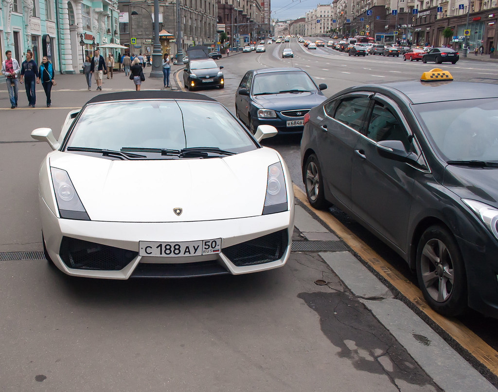Москва. Центр. Богам видимо разрешено парковаться на тротуарах