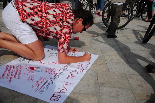 Teilnehmer schreiben auf ein Flipchartpapier.