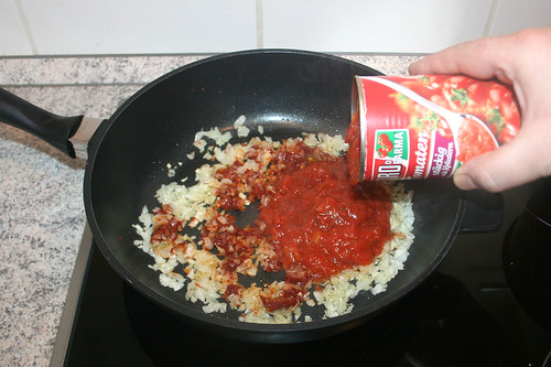 20 - Mit Tomaten ablöschen / Deglaze with tomatoes
