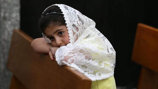 Niña iraquí rezando en Bartella, cerca de Mosul