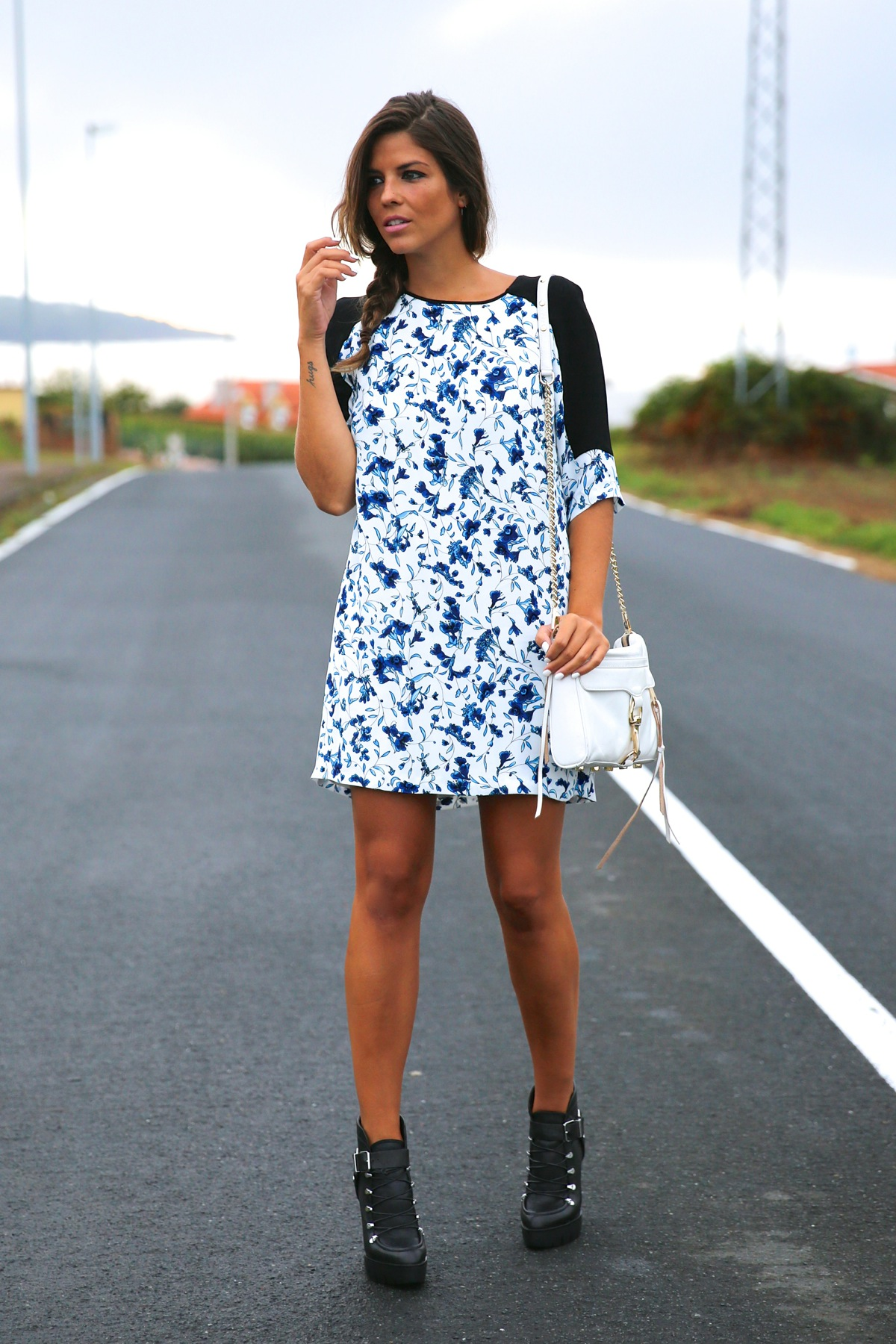 trendy_taste-look-outfit-street_style-ootd-blog-blogger-fashion_spain-moda_españa-combat_boots-botas_rock-parka-kimono-bolso_blanco-white_bag-galicia-vestido_flores-flower_print-dress-10