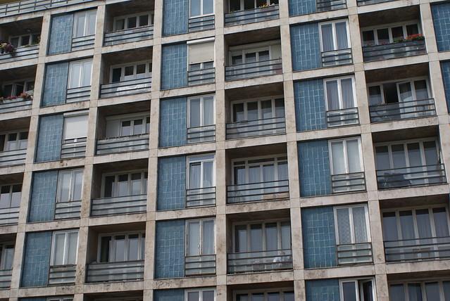 Fenêtres bleues et carrées, ambiance années 70.