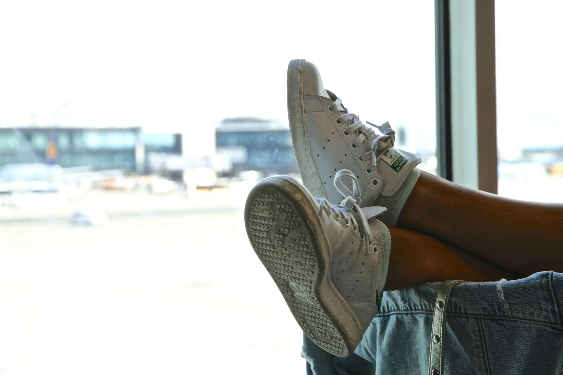 trendy_taste-look-outfit-street_style-ootd-blog-blogger-fashion_spain-moda_españa-traveling-viaje-frankfurt-stan_smith-adidas-lentejuelas-top-denim-shorts-vaqueros_rotos-3