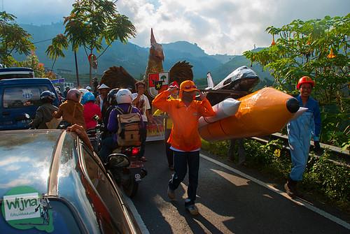 Semarak kirab Burug Garuda dan Roket di pawai 17 agustus di sepanjang perjalanan menuju Dieng, Jawa Tengah
