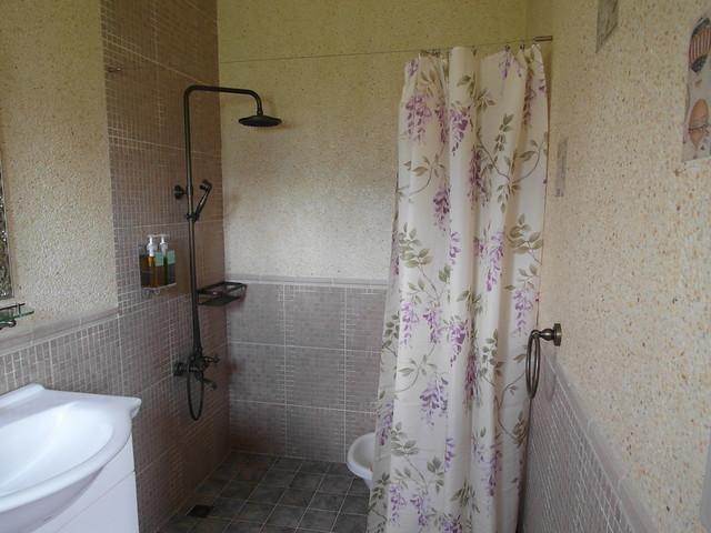碎花浴簾也可以看到老闆娘精挑細選的用心@宜蘭心森林民宿1N
