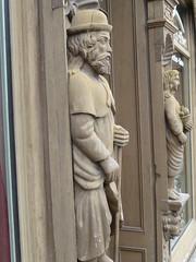 Figuren an der Holzfassada von 1674