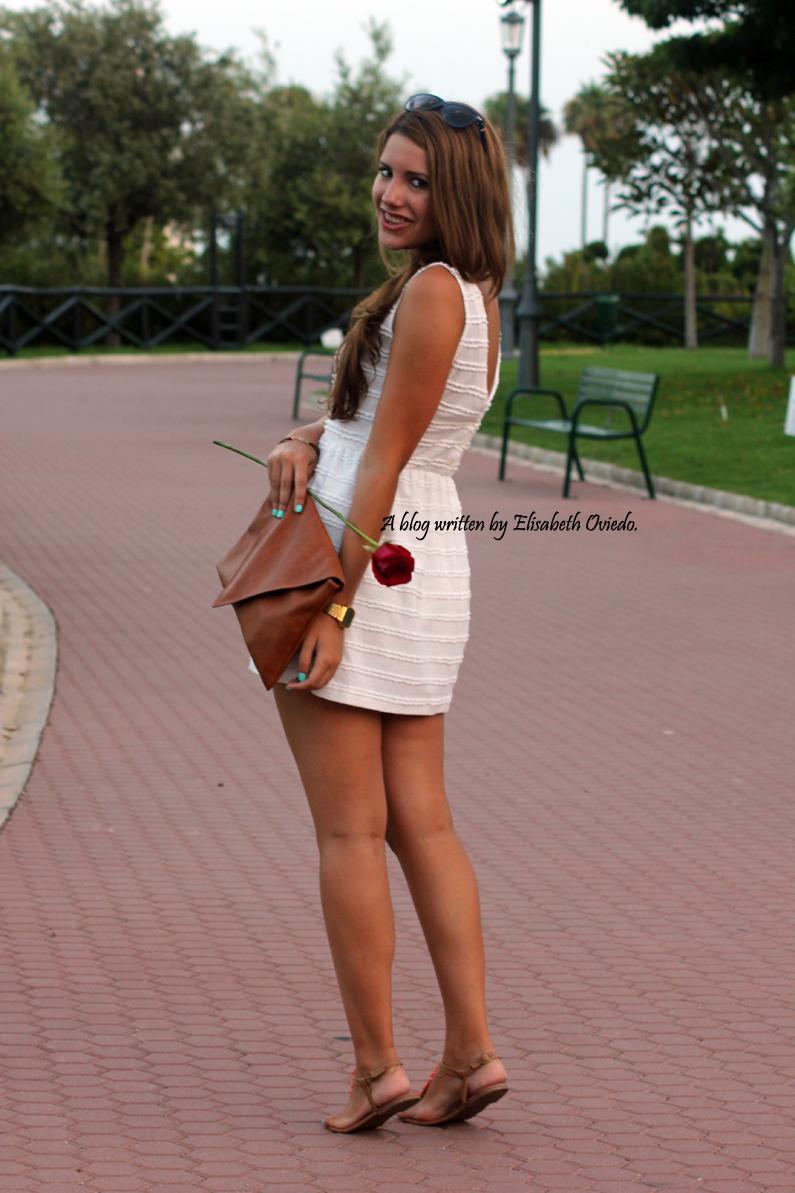 vestido-blanco-clutch-marrón-y-sandalias-marrones-con-fores-coral-MARYPAZ---HEELSANDROSES-(7)
