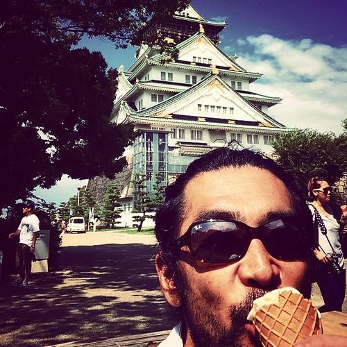 ソフトクリームを食べる40代オッさんと大阪城天守閣(自画撮り) 帰ります