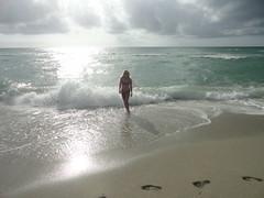 Con mi esposo visitamos una playa casi desierta...Y el tomo la foto...Mis huellas y yo...