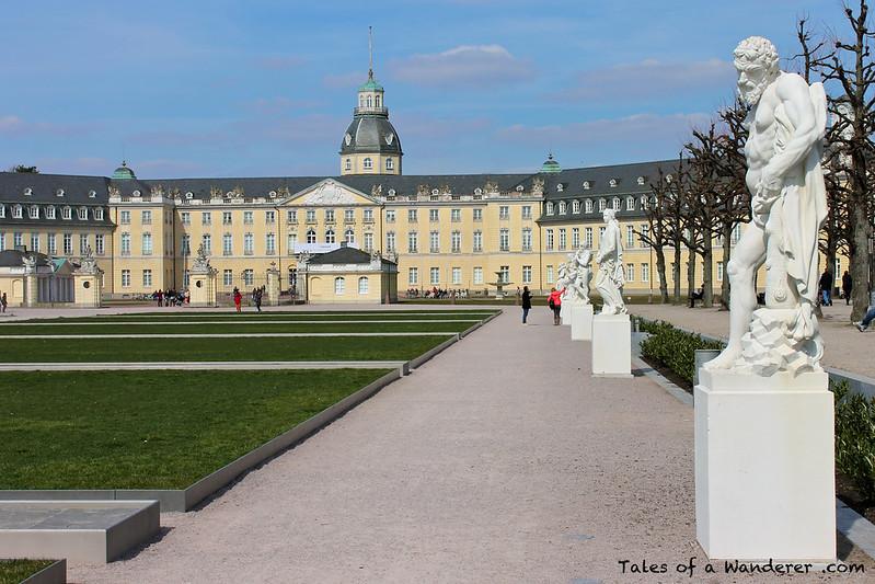 KARLSRUHE - Schlossplatz - Karlsruher Schloss