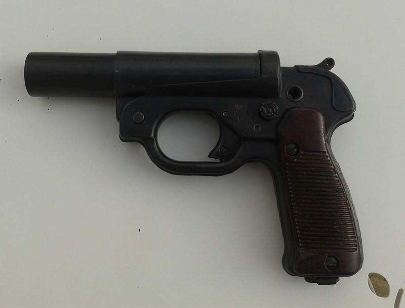 Estimation Pistolet Lance Fusée Allemand : LP42  15214022196_16b9243e5c_c