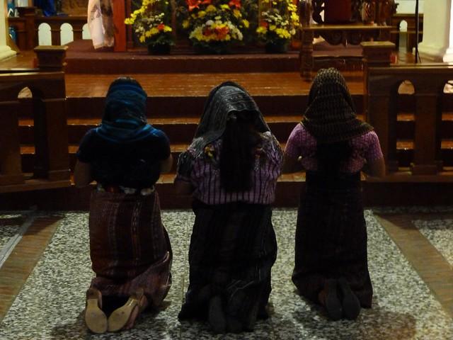 Mujeres rezando en la iglesia de Santiago Atitlán (Guatemala)
