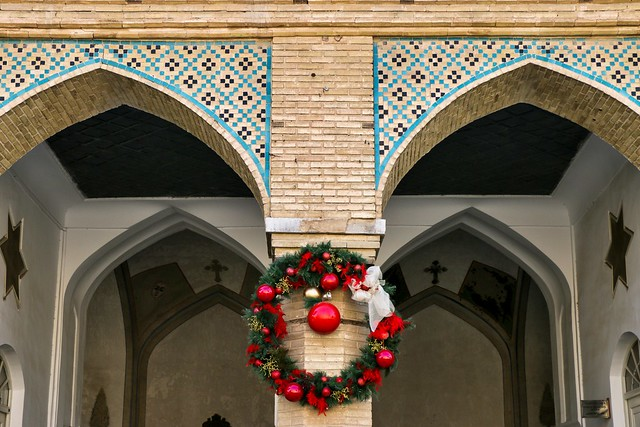 Tiled archs and christmas wreath in Vank Cathedral, Isfahan, Iran イスファハン、ヴァーンク教会のアーチとクリスマスリース