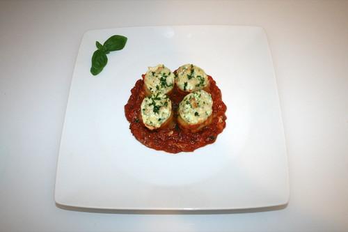 52 - Lasagne-Rouladen mit Ricotta-Schinken-Füllung - Serviert (ohne Petersilie) / Lasagna roulades with ricotta ham stuffing - Serviert (ohne parsley)