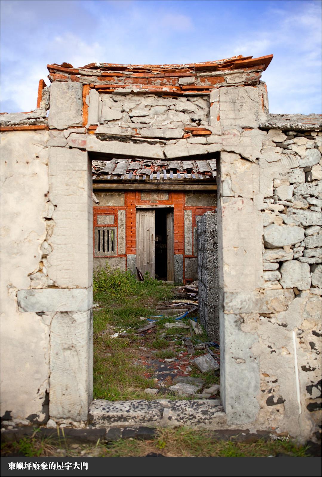 東嶼坪廢棄的屋宇大門
