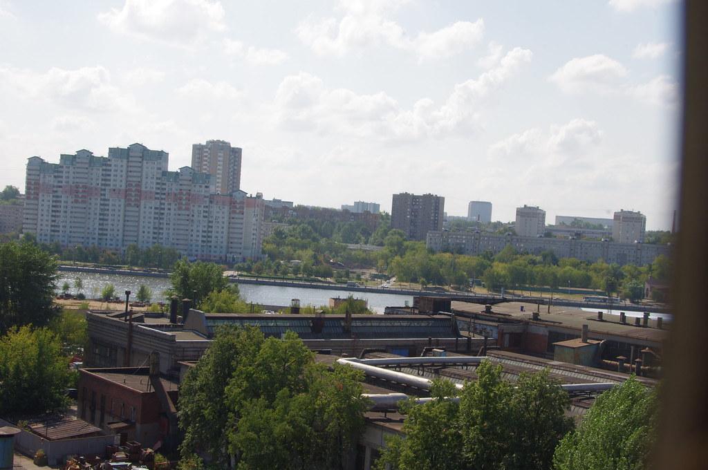 Прессово-сварочный корпус. Вид на район Коломенское. Внизу - опытный цех.